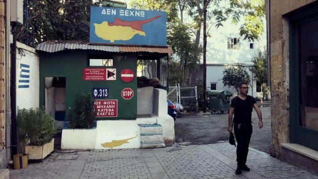 Guarita militar em rua de Nicósia, no Chipre