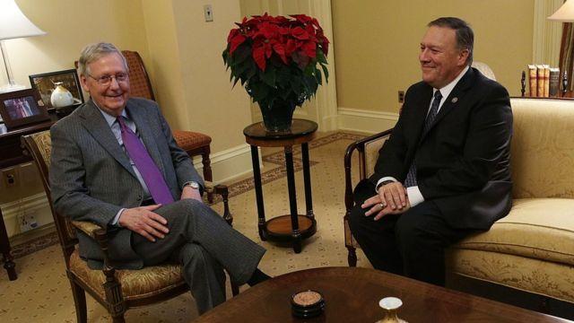 Mike Pompeo (der.), con el líder de la mayoría republicana en el Senado, Mitch McConnell