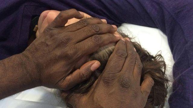 澳大利亞土著醫師在施行治療