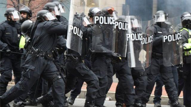 トランプ氏の就任に抗議する市民を前にした機動隊