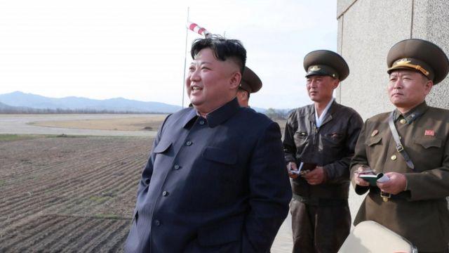 북한 김정은 국무위원장이 16일 조선인민군 항공군의 비행 시험을 참관하고 있다