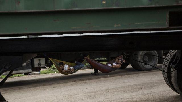 Conductores de tráiler descansan mientras esperan que les dejen pasar en el tranque de La Trinidad.