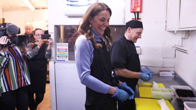 Кейт помогает на кухне в кафе в Абердине