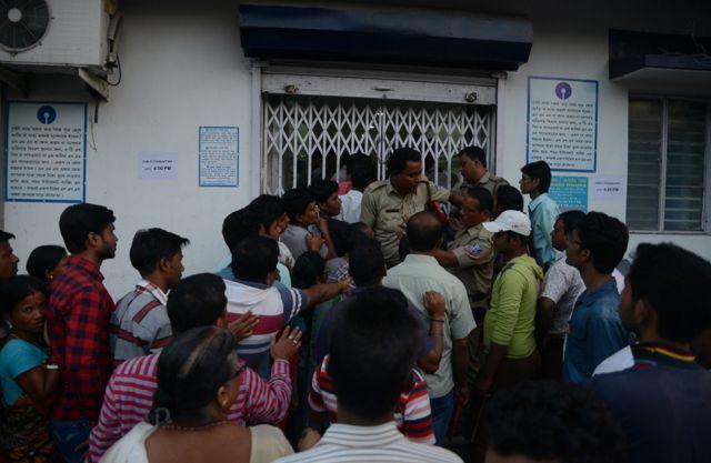 बैंक एटीएम के बार कतारों में खड़े लोग