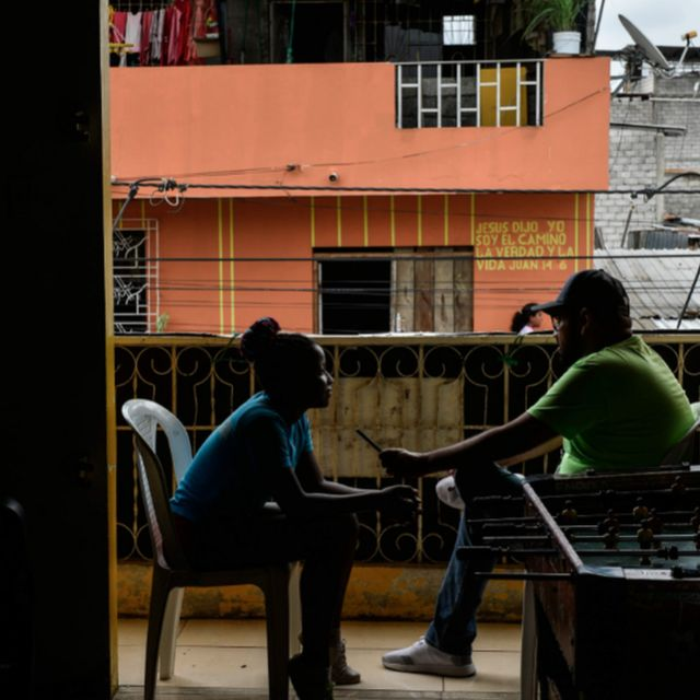 Augusto Itúrburu entrevistando a una joven boxeadora en la isla Trinitaria.
