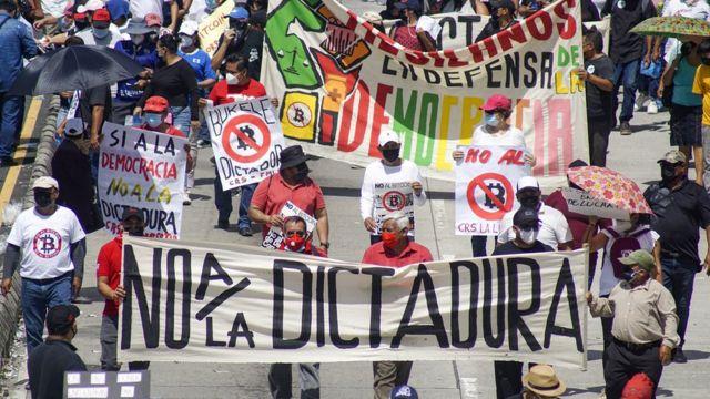 Protestocular Bukele'nin otoriter olduğunu söylüyor