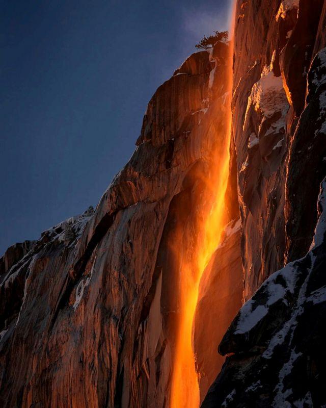 အမေရိကန် ကယ်လီဖိုးနီးယားပြည်နယ်မှာရှိတဲ့ ယိုဆန်မစ်တီ အမျိုးသား ဥယျာဉ်က ရေတံခွန်ဟာ နေရောင်ထိတွေ့လို့ အမြင့်ကနေ မီးတောက် မီးလျှံတွေ စီးဆင်းနေတဲ့ ပုံစံမျိုး ပြောင်းလဲသွားခဲ့ပါတယ်။ ဒီဖြစ်စဉ်ဟာ ရှားပါးဖြစ်စဉ်တခုလည်း ဖြစ်ပါတယ်။ ဖေဖော်ဝါရီလရောက်ရင် ဒီလို ဖြစ်ရပ်မျိုး ဖြစ်တတ်ပေမယ့် မိုးတိမ်တွေရဲ့ အခြေအနေနဲ့ ရေပမာဏပေါ် မူတည်တယ်လို့လည်း ဆိုပါတယ်။