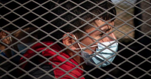 Los niños que arriban solos a la frontera son primero procesados por la Patrulla Fronteriza y llevados a centros donde solo deben permanecer por 72 horas.
