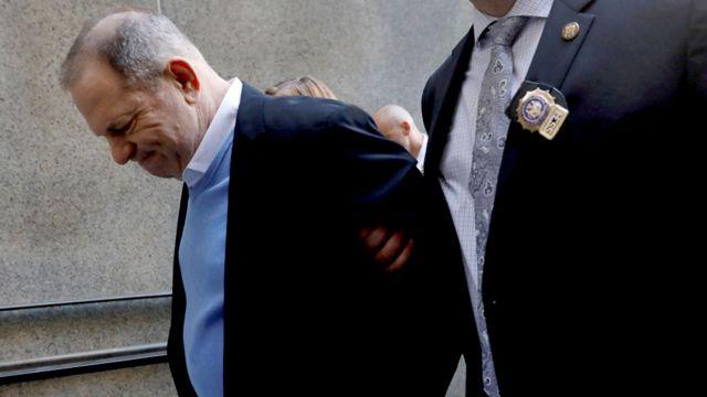 اقتيد وانستين مقيد الأيدي الى خارج مركز الشرطة
