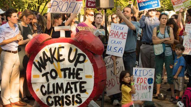 美国民众6月1日在白宫外抗议特朗普总统宣布退出巴黎协议