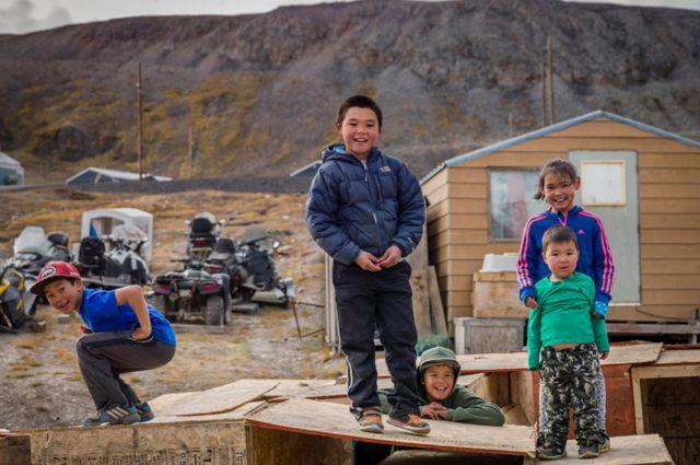 أطفال من شعب الإنويت في جزيرة بافين