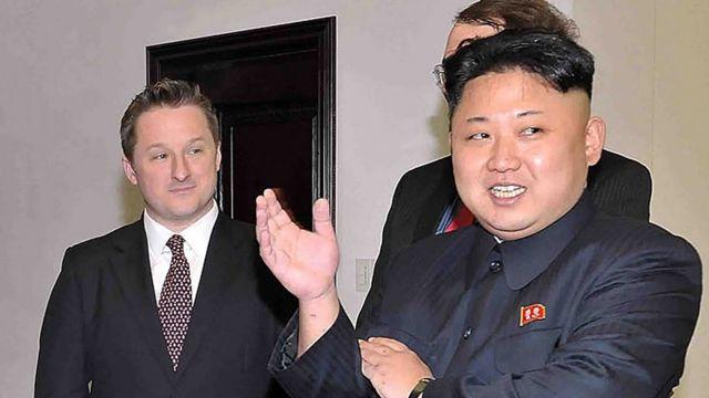 2014年,金正恩与罗德曼在朝鲜会面时,斯帕弗(左)在一旁陪同。