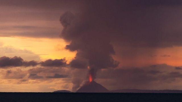 Foto gunung Anak Krakatau yang difoto oleh fotografer Oystein Lund Andersen pada hari Sabtu (22/12)