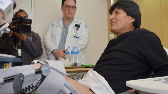 El presidente boliviano no podrá jugar al fútbol por al menos un año.