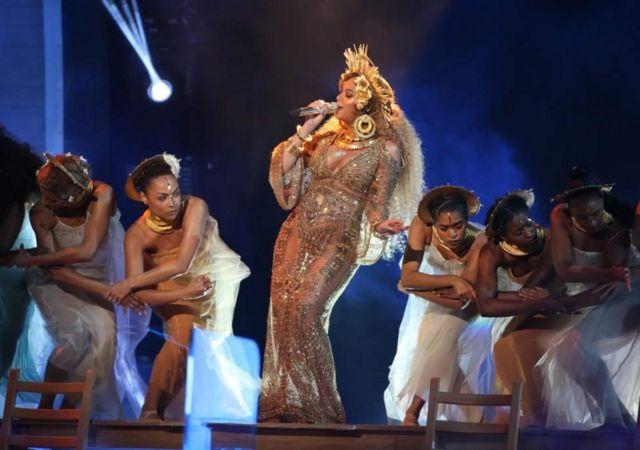 Beyonce akitumbuiza