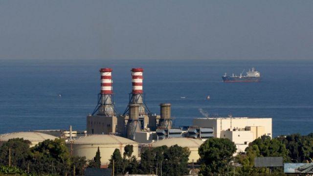 """Две крупнейшие электростанции """"Аль-Захрани"""" (на фото) и """"Дейр-Аммар"""" остановились из-за нехватки топлива, в частности, из-за задержки поставок мазута из Объединенных Арабских Эмиратов."""