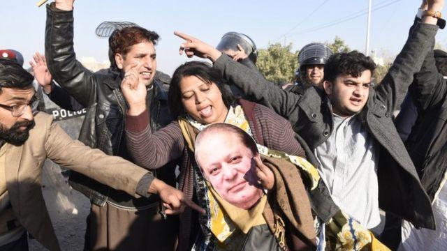احتساب عدالت کے آس پاس نواز شریف کے کئی کارکن موجود تھے