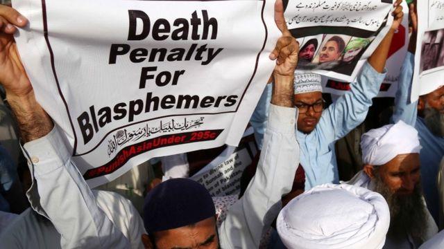 Manifestantes pedem pena de morte para acusados de blasfêmia;
