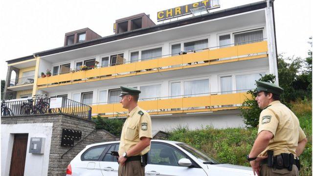 かつてはホテルだったこの建物が、シリア難民希望者の一時宿泊先として使われている。容疑者はここで暮らしていた(25日)