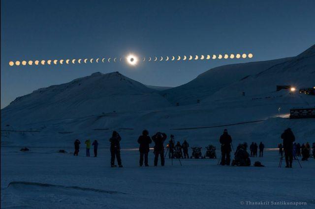 """Eclipse total desde Svalbard"" / Imagen de Thanakrit Santikunaporn"