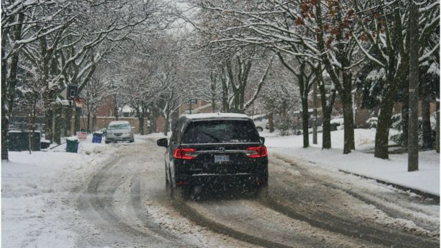 Un automóvil durante una nevada en Toronto