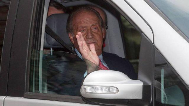 Juan Carlos abandona el hospital después de la operación de cadera en 2012.