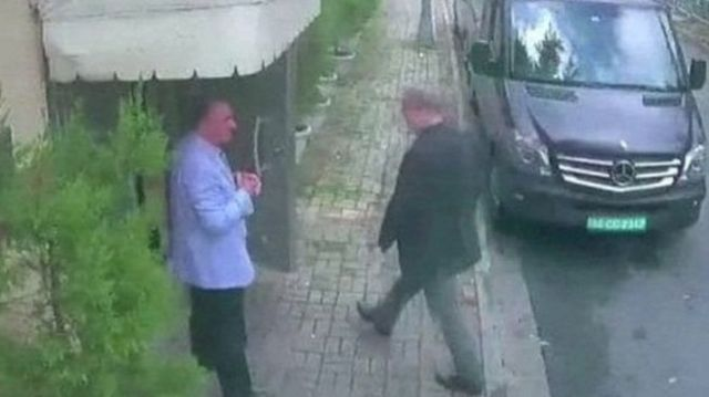 تصویری که ظاهرا آقای خاشقجی را در حال ورود به کنسولگری عربستان در استانبول نشان می دهد