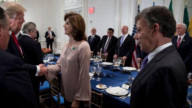 Trump saluda a la ministra de Exteriores de Colombia ante la mirada del presidente Juan Manuel Santos.