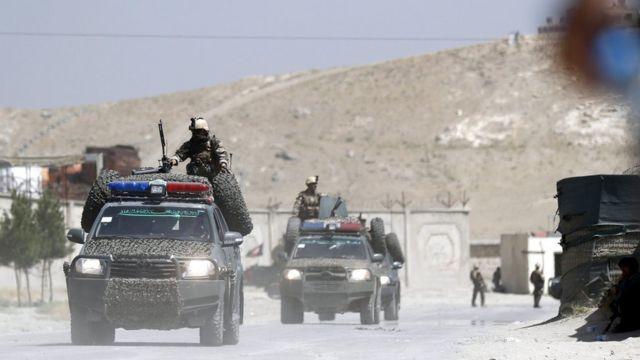 Sebuah foto menunjukkan petugas keamanan Afghanistan mengamankan lokasi ledakan bom truk yang menyasar penginapan yang sering menjadi tempat menginapnya kontraktor asing setelah kelompok Taliban menyerang kompleks tersebut di luar Kabul, Afghanistan, 1 Agustus 2016.