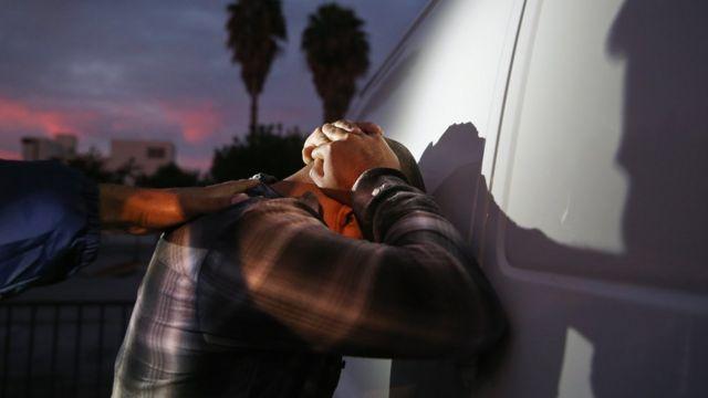 Un hombre detenido por el ICE en octubre de 2015 en Los Ángeles, California.