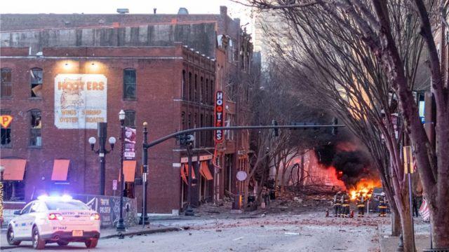 I detriti hanno disseminato la strada vicino al sito di un'esplosione nella zona di Second and Commerce di Nashville