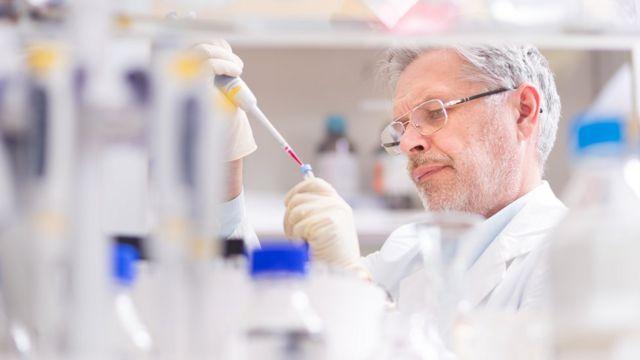 Científico trabajando con tubos de ensayo