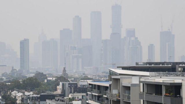 Melbourne skyline terselimut asap
