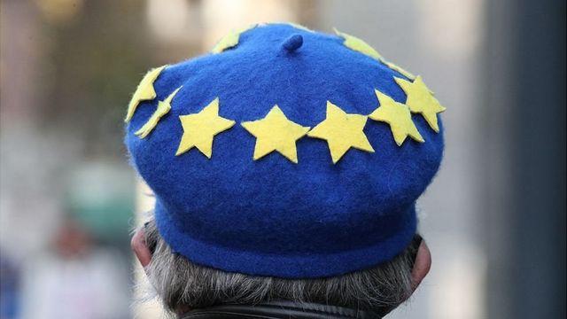 Símbolo de la UE en un gorro