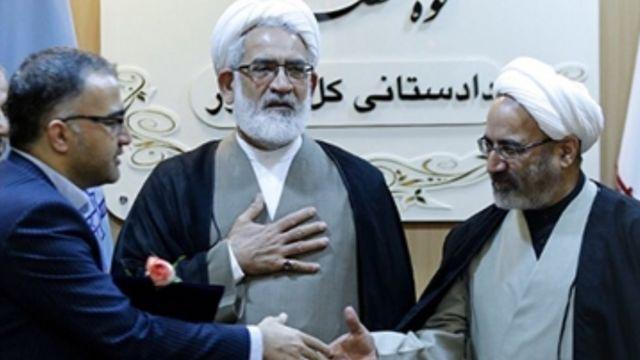 جواد جاویدنیا (نفر اول از چپ) بیش از دو سال معاون محمدجعفر منتظری دادستان کل کشور (نفر وسط) بود