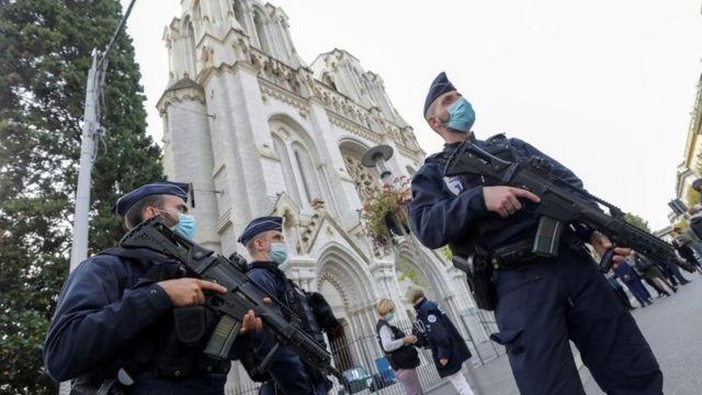 شرطة فرنسية تحرس كنيسة نوتردام