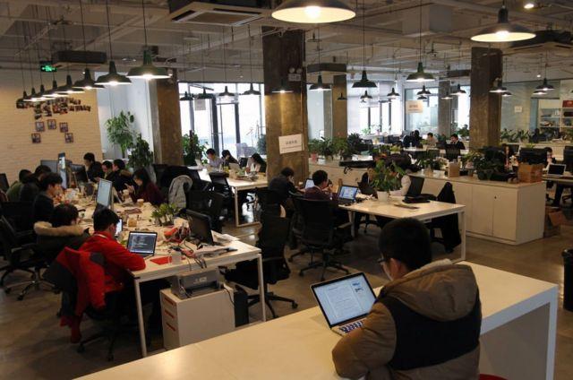 加班文化在中国互联网公司非常普遍。图为北京中关村的一家创业公司。