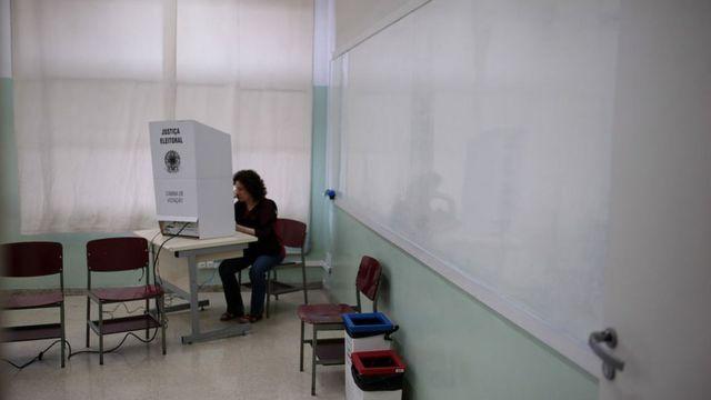 Eleitora votando em eleições presidenciais no Brasil em 2014