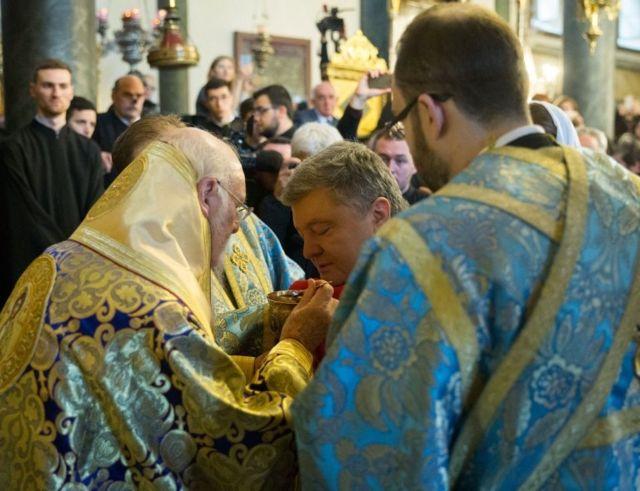 Петр Порошенко причащается во время литургии в храме Святого Георгия