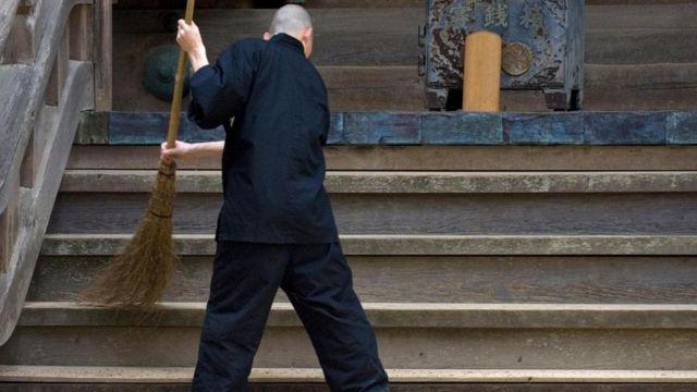 Homem limpa templo no Japão