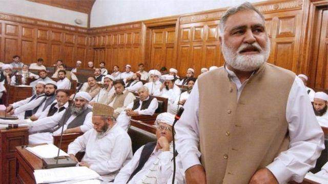 اکرم خان درانی له ۲۰۰۲ نه تر ۲۰۰۷ پورې د صوبې اعلی وزیر و
