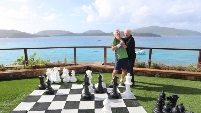 Ричард Брэнсон и теннисист Бьорн Борг играют в шахматы на острове Некер, Британские Виргинские острова