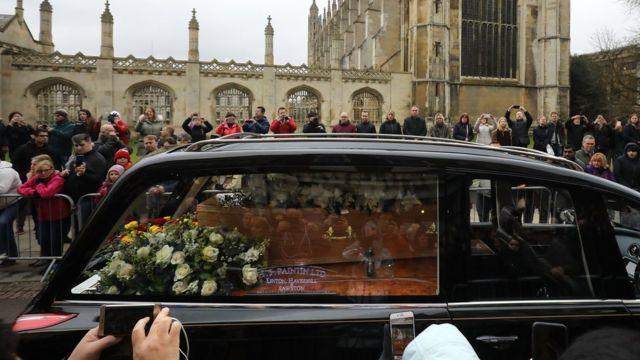 El cortejo fúnebre pasa por calles de Cambridge