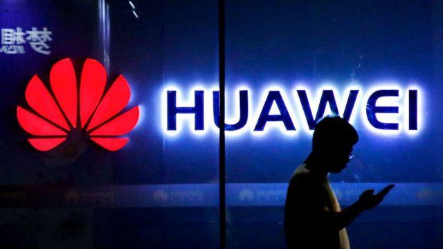 Logo de Huawei y persona caminando