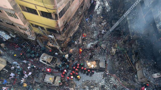 นักดับเพลิงที่จุดเกิดเหตุเพลิงไหม้ในกรุงธากาเมื่อ 21 ก.พ. 2019