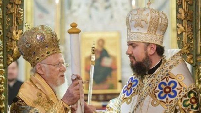 Патриарх Константинопольский Варфоломей вручает томос об автокефалии главе ПЦУ митрополиту Епифанию