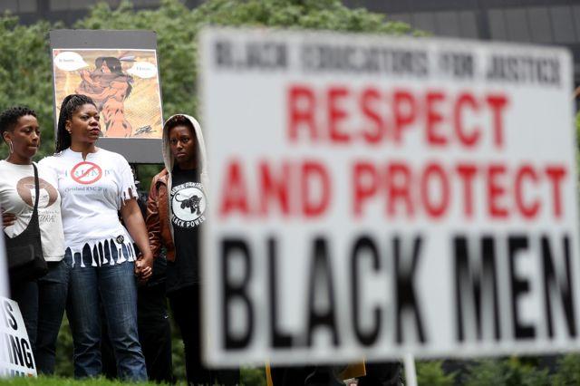 """Активисты """"Партии новых Черных пантер"""" требуют, чтобы полиция проявляла больше уважения к чернокожим"""