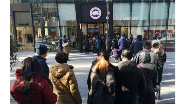 加拿大鵝北京門店開張首日,顧客在門外排起了長龍。