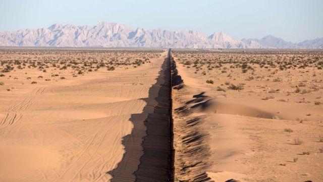Muro en el desierto de Sonora