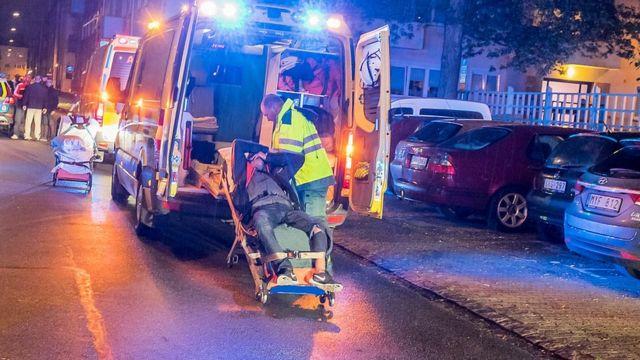 Equipes de resgate transportam vítima de tiroteio em 2015